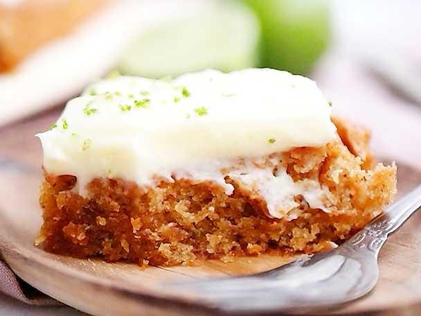 """Saftig vegansk morotskaka med cream """"cheese"""" frosting"""