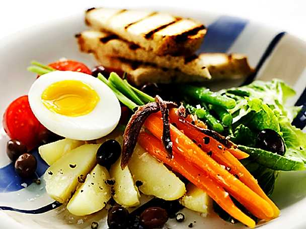 Salade Niçoise med grillat vitlöksbröd