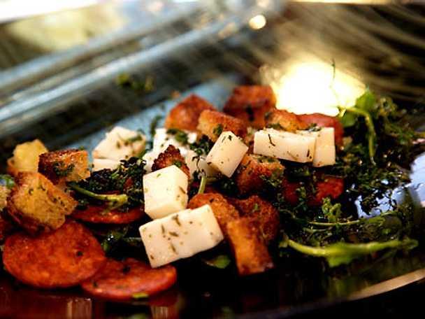Salami och tallegio ost sallad