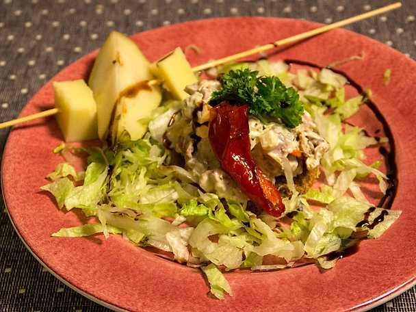 Salamiröra på kavringbotten med ost- och päronpinne