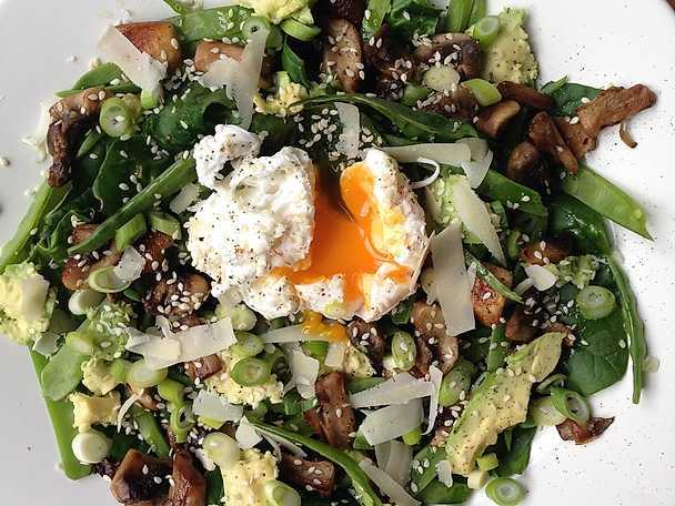 Sallad med avokado, svamp, salladslök, parmesan och pocherat ägg
