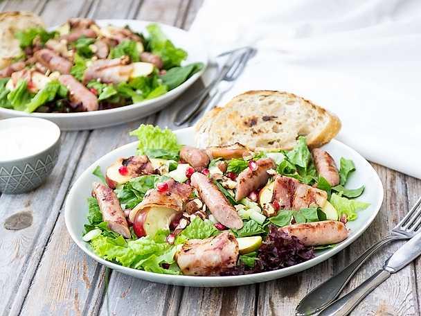 Sallad med baconinlindande äppelklyftor med rosmarin & fänkålskorv
