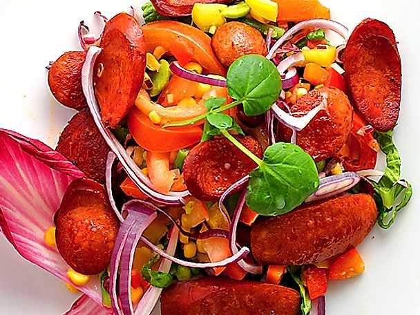 Sallad med chorizo, paprika och majs