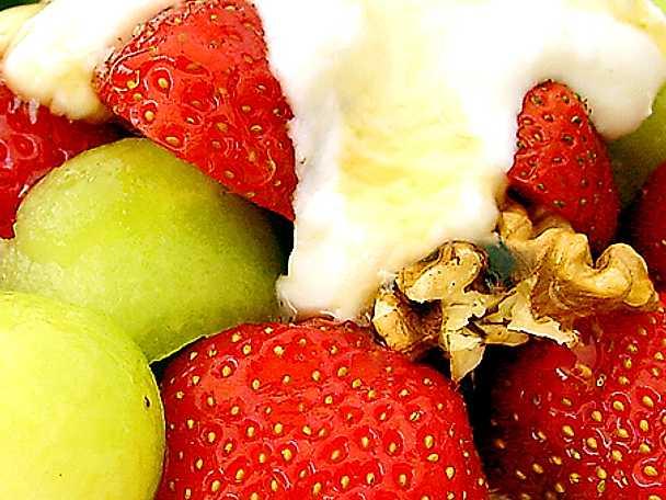 Sallad med färska jordgubbar, melon, nötter och yoghurt