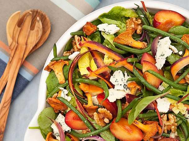 Sallad med kantareller, plommon och valnötter
