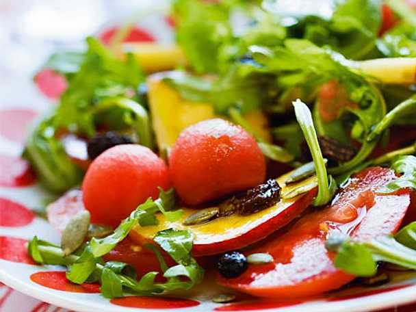 Sallad med nektarin och pumpafröolja