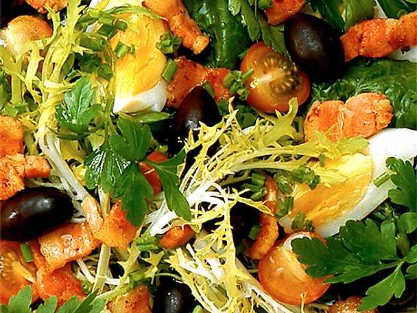 Sallad med oliver och brynta fläskstrimlor