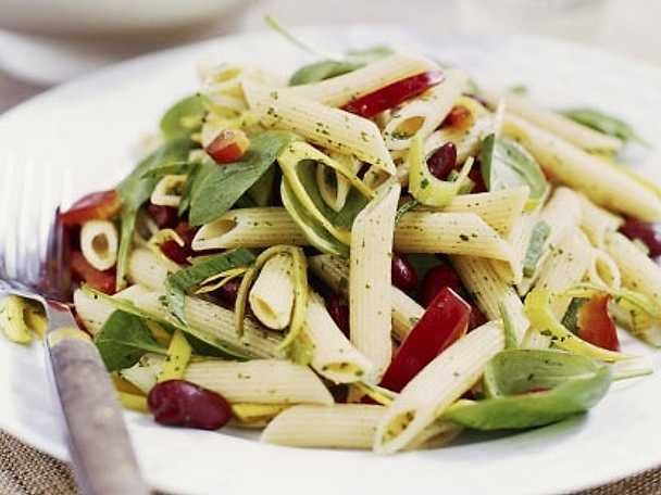 Sallad med röda bönor, pasta och spenat