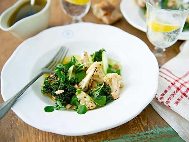 Sallad på blomkål med broccolikräm och krispig kål