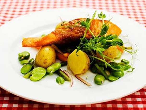 Sallad på färsk potatis och grönsaker med parmalindad lax