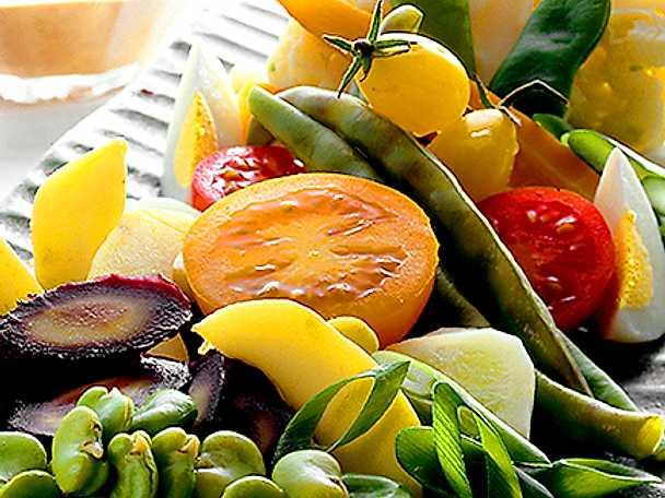 Sallad på grönsaker med jordnötssås