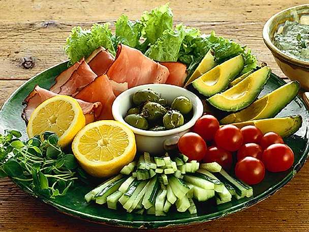 Sallad på grönsaker med skinka