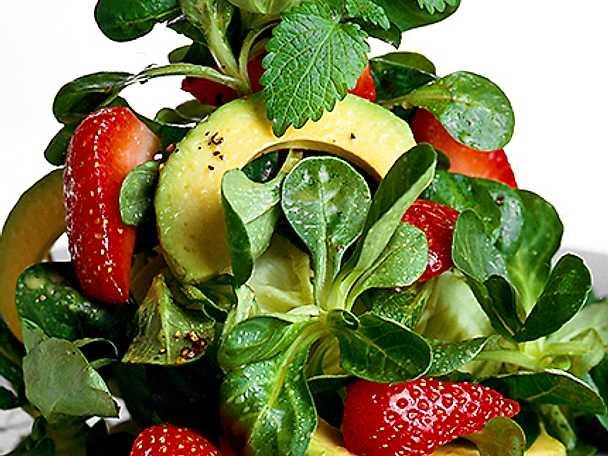 Sallad på grönsaker och frukt