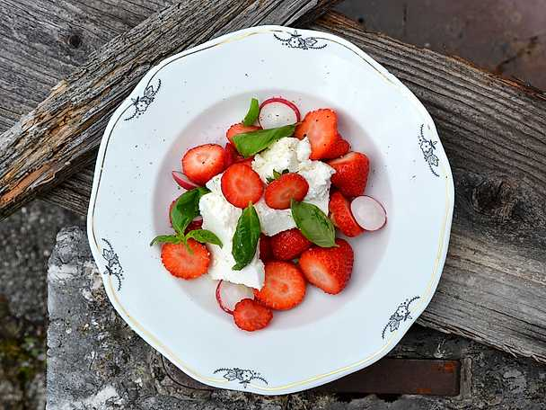 Sallad på jordgubbar med rädisor, ricotta och olivolja