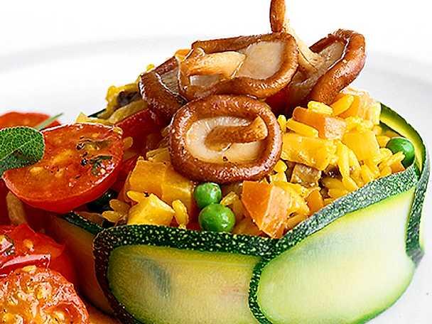 Sallad på ris-tomater-svamp och gurka