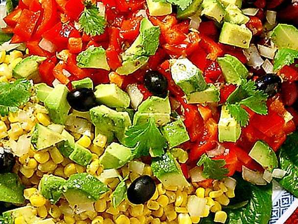 Sallad på röda bönor och avokado
