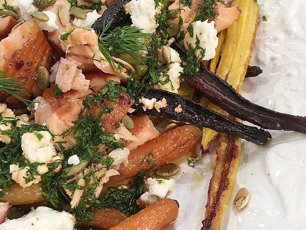 Sallad på rostade morötter med varmrökt lax, persiljedressing, pumpafrön och fetaost