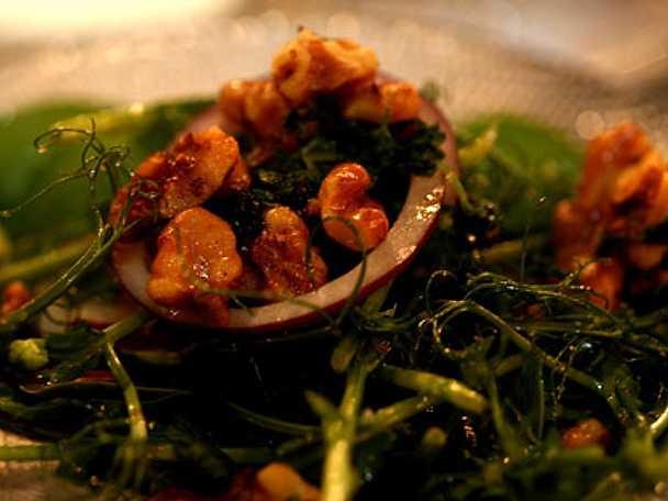 Sallad på spenat och rostade valnötter