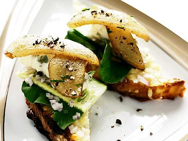 Sallad på toast med päron och ädelost