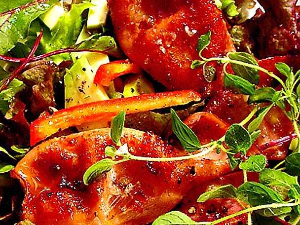 Sallad på vitlöksstekt bläckfisk och avokado