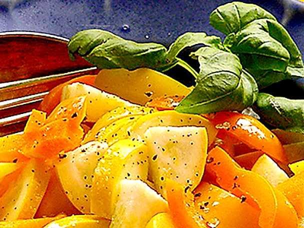 Sallad på zucchini och paprika