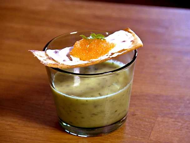 Salladslökssoppa med löjromstortilla