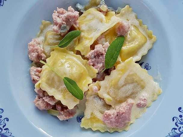 salsicciapasta med vitt vin och gorgonzola