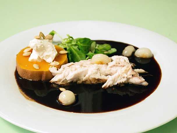 Saltbakad gös och rostad pumpa, serveras med snabbpicklad pärllök samt rödvinssås