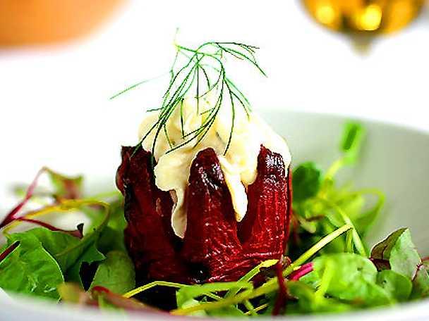 Saltbakad rödbeta med citrusfärskost och örtsallad