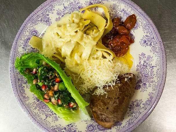 Saltimbocca med pasta och tabouleh