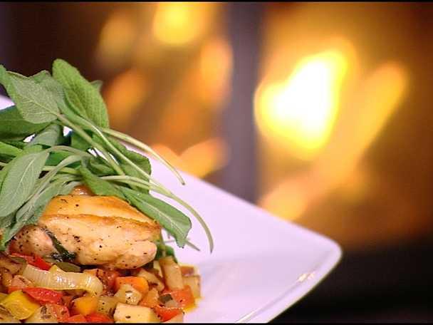 Salviastekt kyckling med varm grönsaksröra