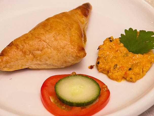 Samosas med grönsaker och hemgjord chutney