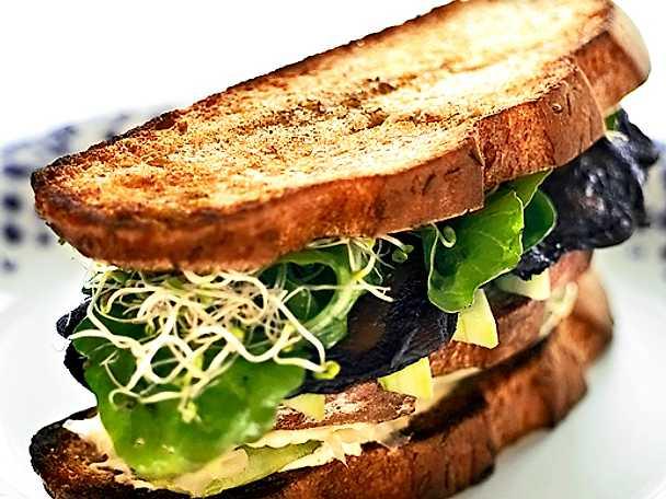 Sandwich med grillade grönsaker och hummus