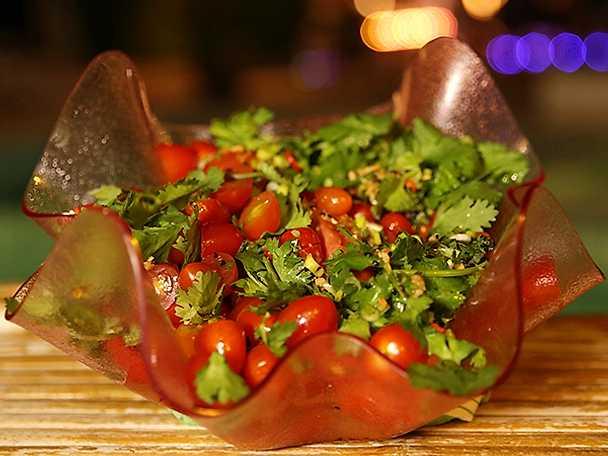 Satay-spett och het tomatsallad