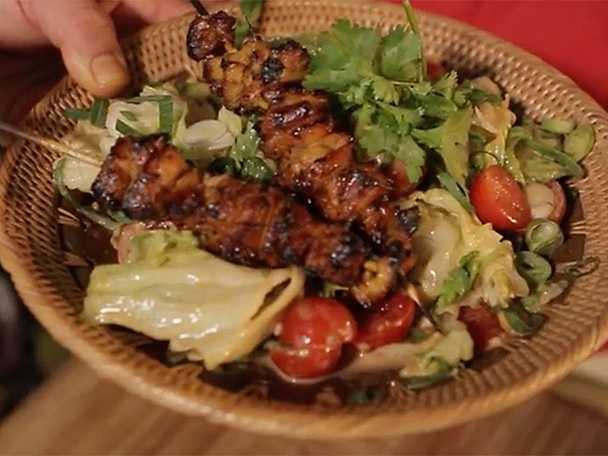 Satayspett med sallad och jordnötsdressing