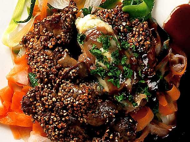 Sauterad kycklinglever med sardellsmör och rödvinssås
