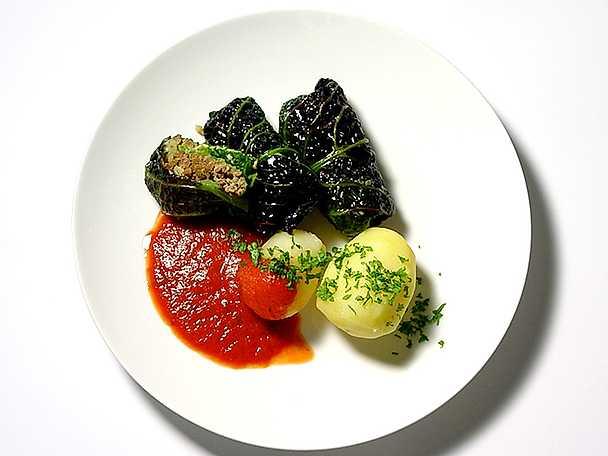 Savojkåldolmar med quorn och tomatsås