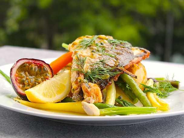 Seabreamfiléer med passionsfruktssmörsås, smörslungade potatisar och grönsaker