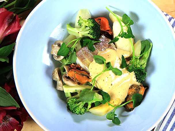 Sej med krispiga grönsaker och brynt smöremulsion