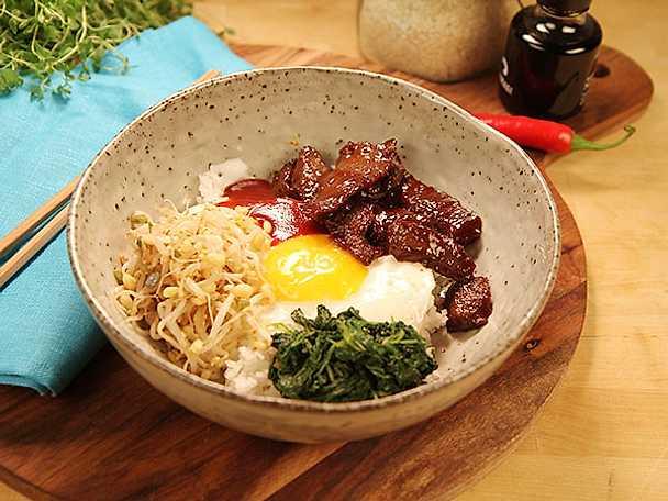 Sesammarinerad rostbiff med ris och ägg
