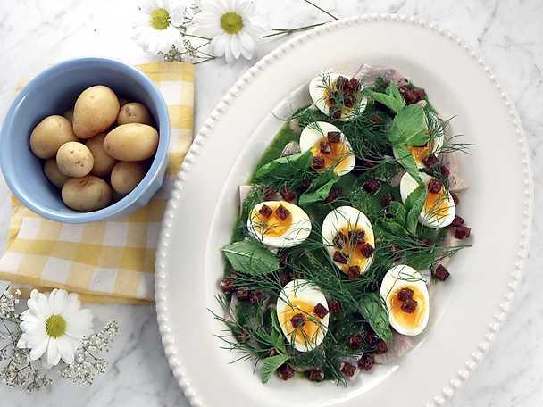 Sill med salsa verde, löskokt ägg och rågbröd