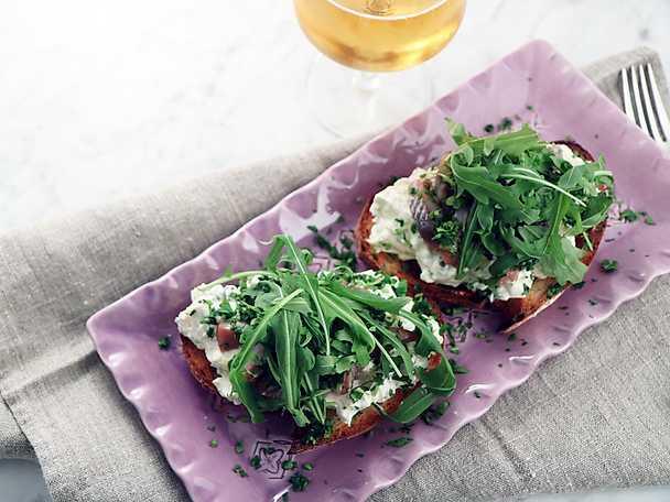 Sillmacka med basilika och kokt ägg
