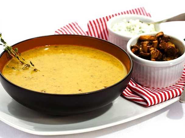 Skogssvampsoppa med ost- och gräslökscrème