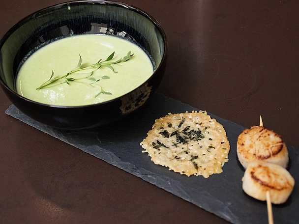 Skön, grön ärtsoppa med parmesanchips och pilgrimsmussla
