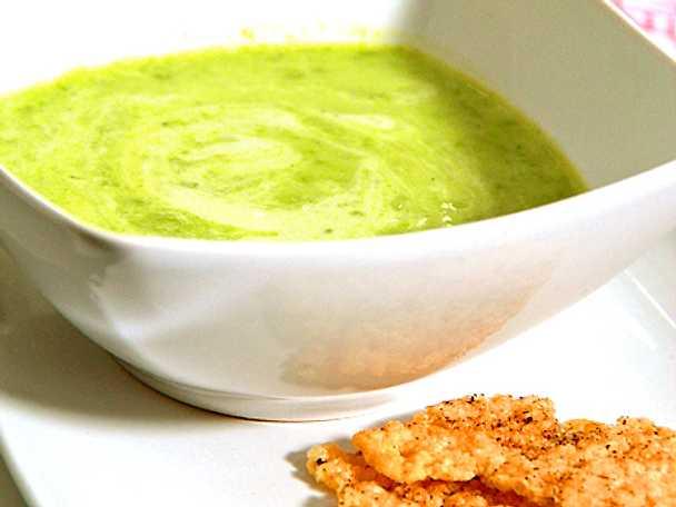 Skummande grön ärtsoppa med parmesanchips