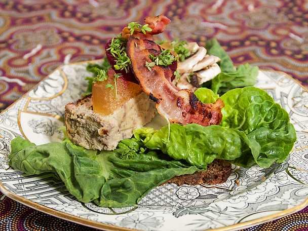 Smørrebröd med ljummen leverpastej och bacon