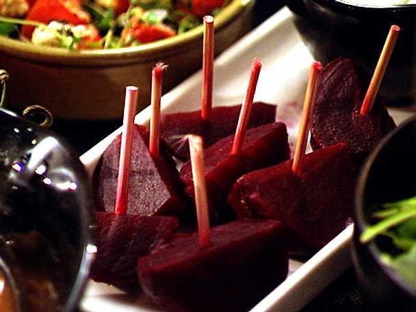 Små rödbetor med wasabidipp