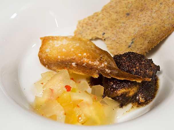 Smörstekt kalvbräss med äppelkompott och knäckebröd.jpg