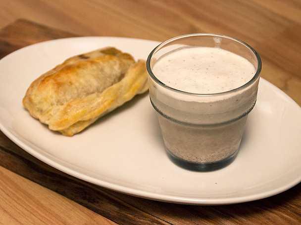 Smördegsbakad brieost med glass och hjortronsylt