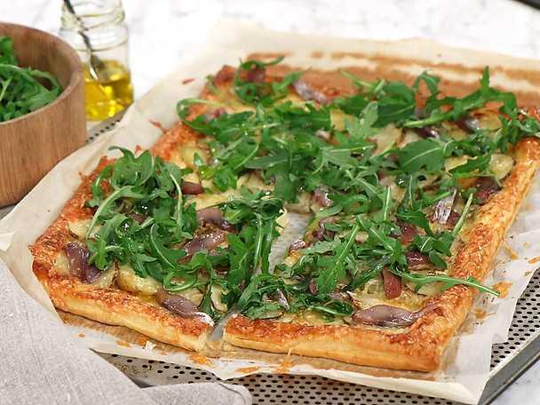 Smördegspizza med sill, potatis och jordärtskocka